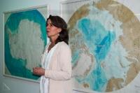 03 - Frau Dr. Sabine Hanisch vor Antarktis und Arktis